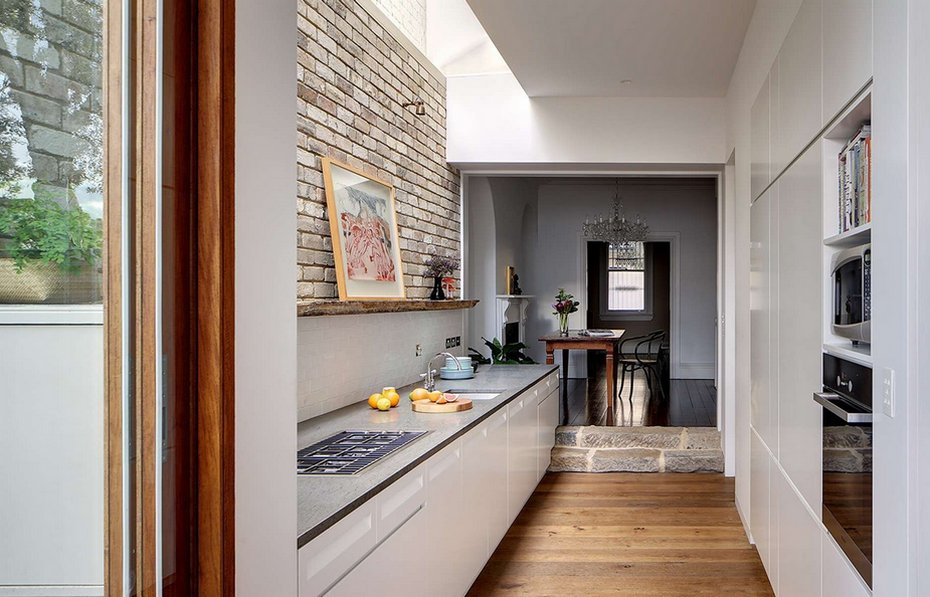 Лаконичная кухня без верхних шкафов в коридоре квартиры