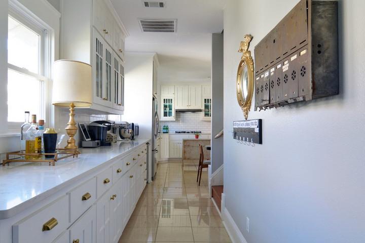 Кухня в цвет стен в коридоре