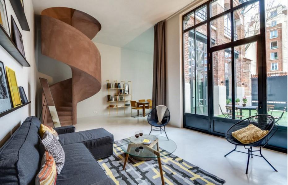 Интерьер гостиной с акцентной глиняной лестницей