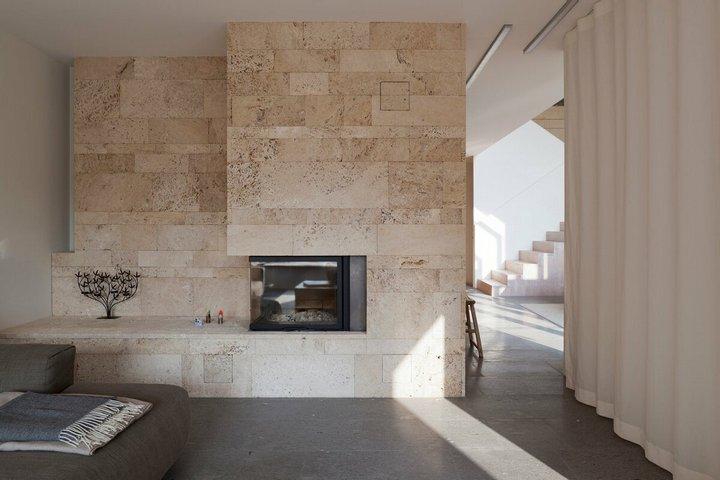 Травертин в отделке стены под камин