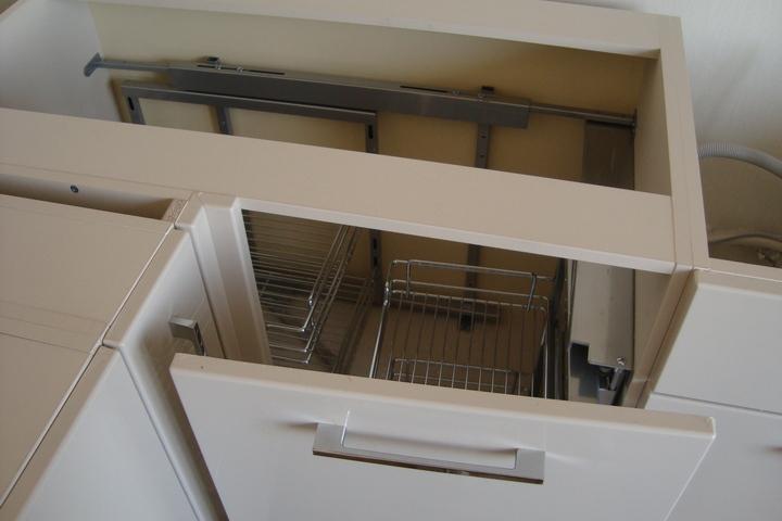 Спланированное хранение в угловой тумбе