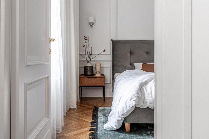 Спальня с открытым постельным бельем