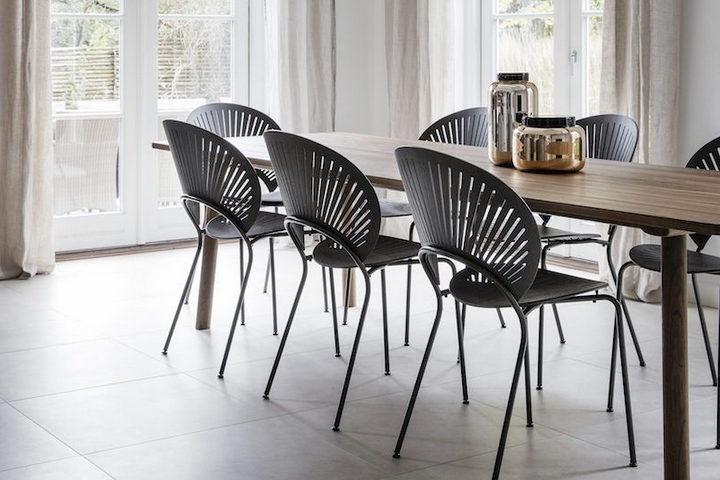 Обеденный стол и стулья для гостей
