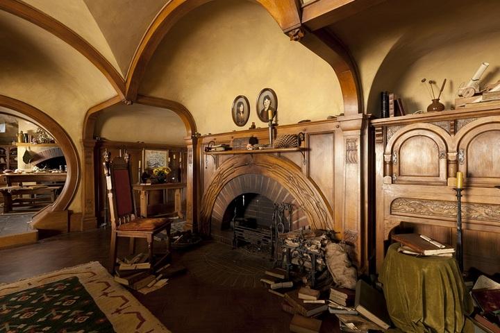 Деревянные настенные панели и сводчатый портал камина