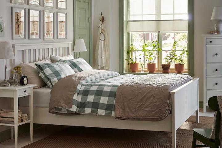Белая каркасная кровать с жестким изголовьем