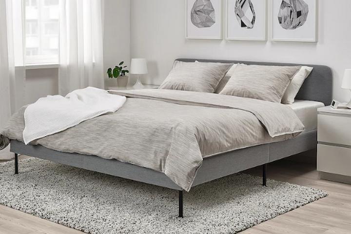Лаконичная кровать с мягкой обивкой