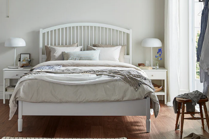 Классическая кровать белого цвета