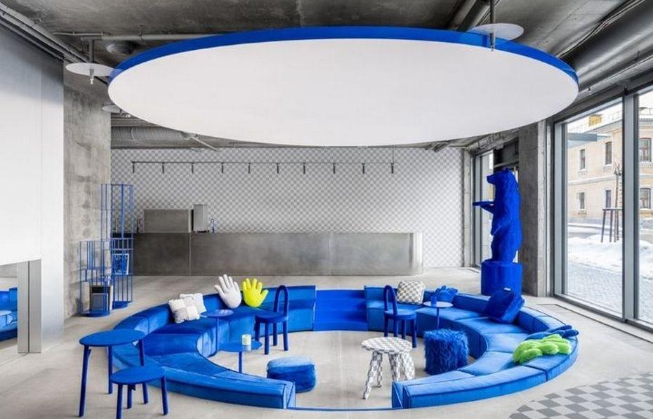 Кафе Кросби Студиос в бетоне и с синими элементами