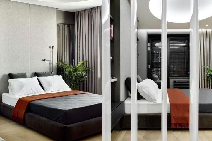 Спальная зона с кроватью и встроенной мебелью