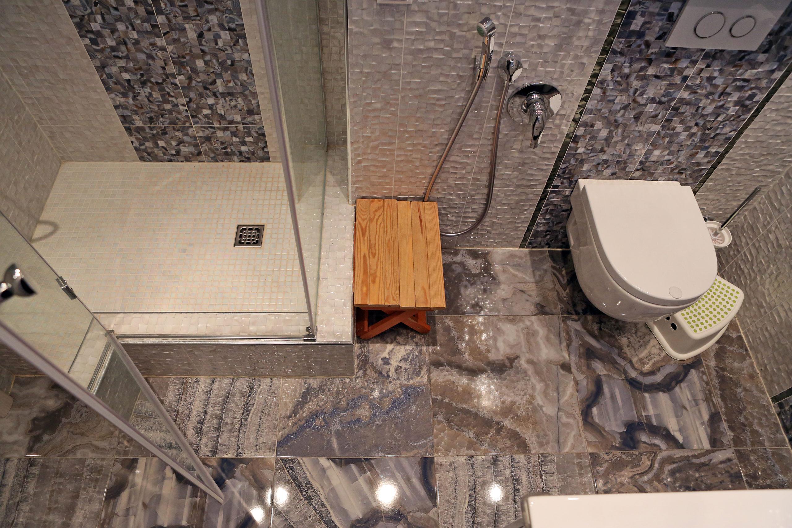Ванная комната с нейтральной сантехникой