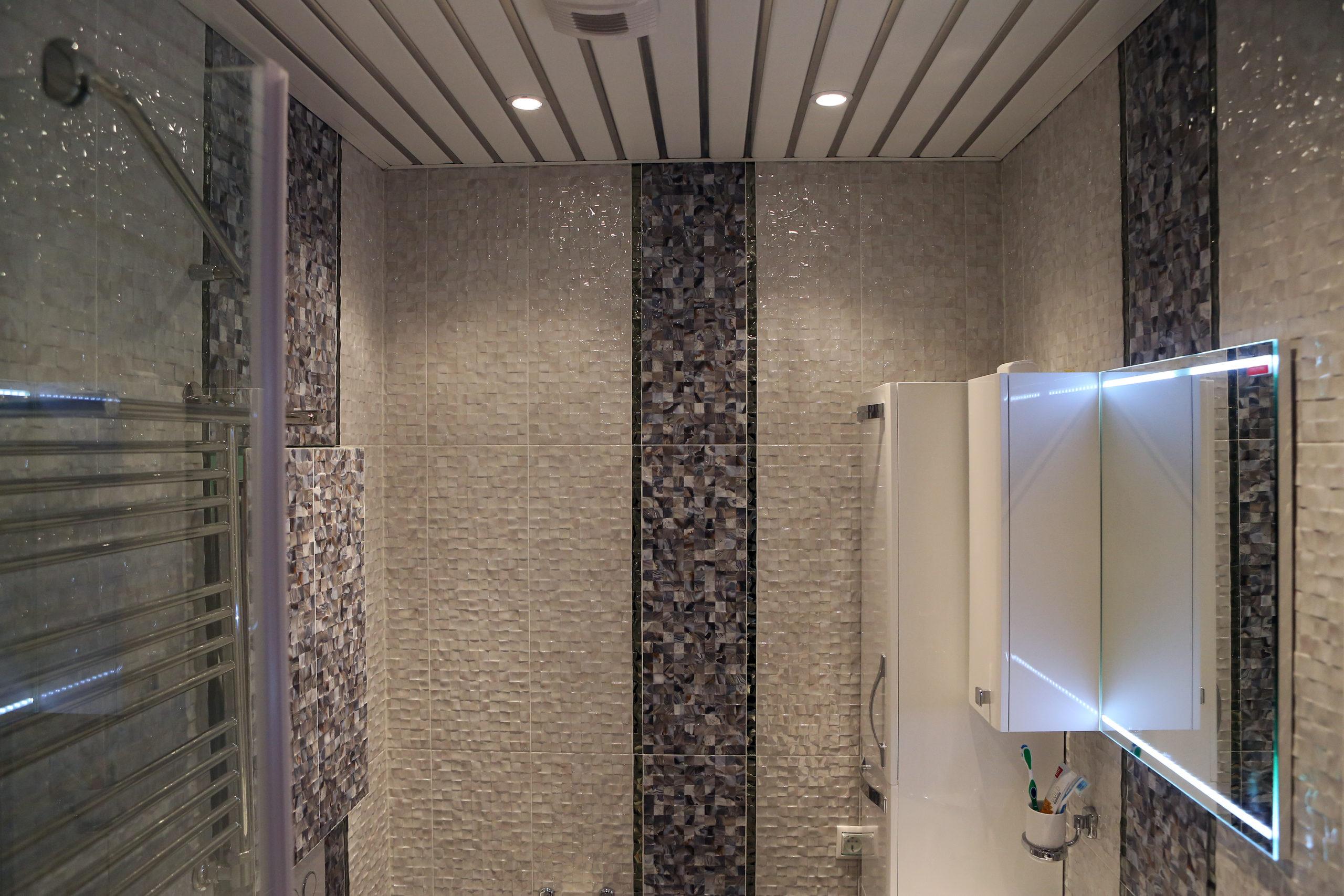 Мозаика и реечный потолок с встроенным освещением