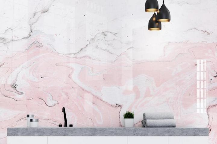 Бело-розовые обои с имитацией мрамора