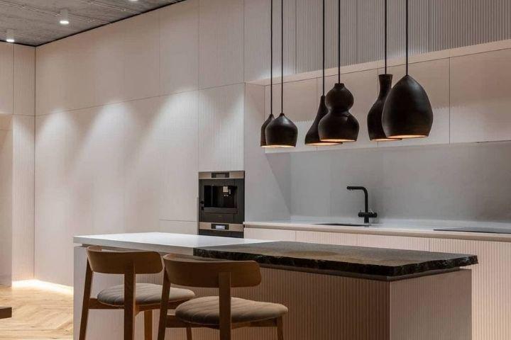 Кухня с ровным и скрытым хранением