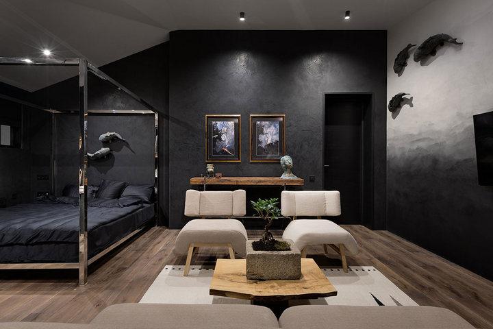 Спальня с зоной отдыха в стиле ваби-саби с темными тонами