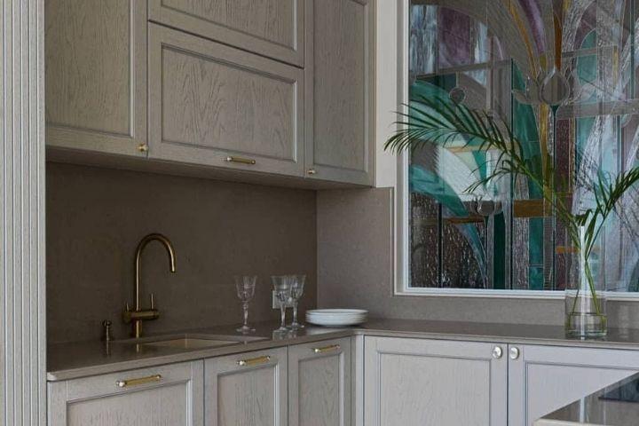 Кухня с фальш-окном в коридор с витражным оформлением