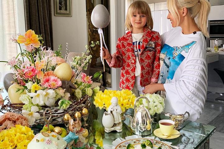 Яна Рудковская с сыном на пасхальном завтраке