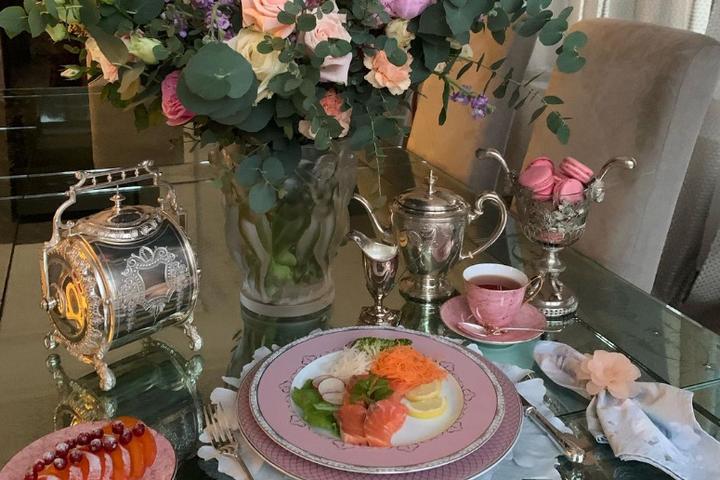 Розовые оттенки в сервировке с букетом роз