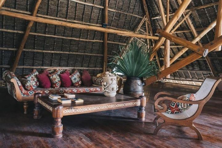 Мансардная зона отдыха с яркой мебелью