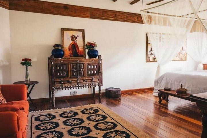 Спальня с мебелью природных тонов