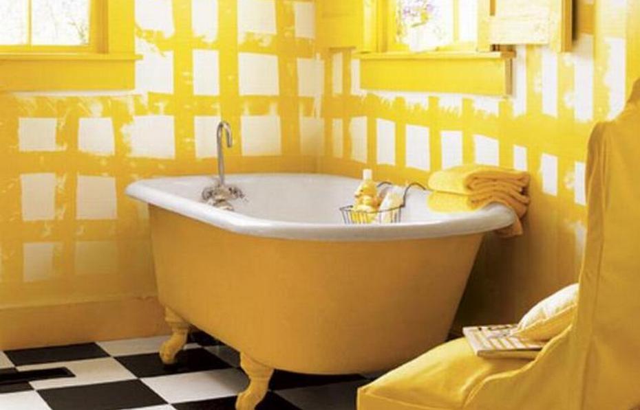 Желтая отделка ванной комнаты и ванны